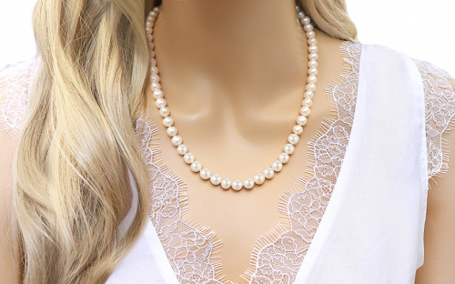 Collier en perles blanches nature - IS1275 - sur un mannequin